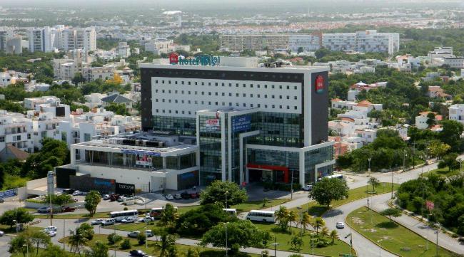 Foto  en Altamira Esq. Avenida Tulum, Av. Nichupté y Av. Acanceh, frenta a plaza Malecón Américas