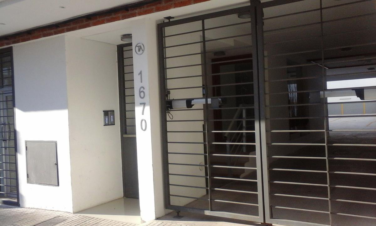 Foto Edificio en Tres Cruces Requena esquina Colonia número 5