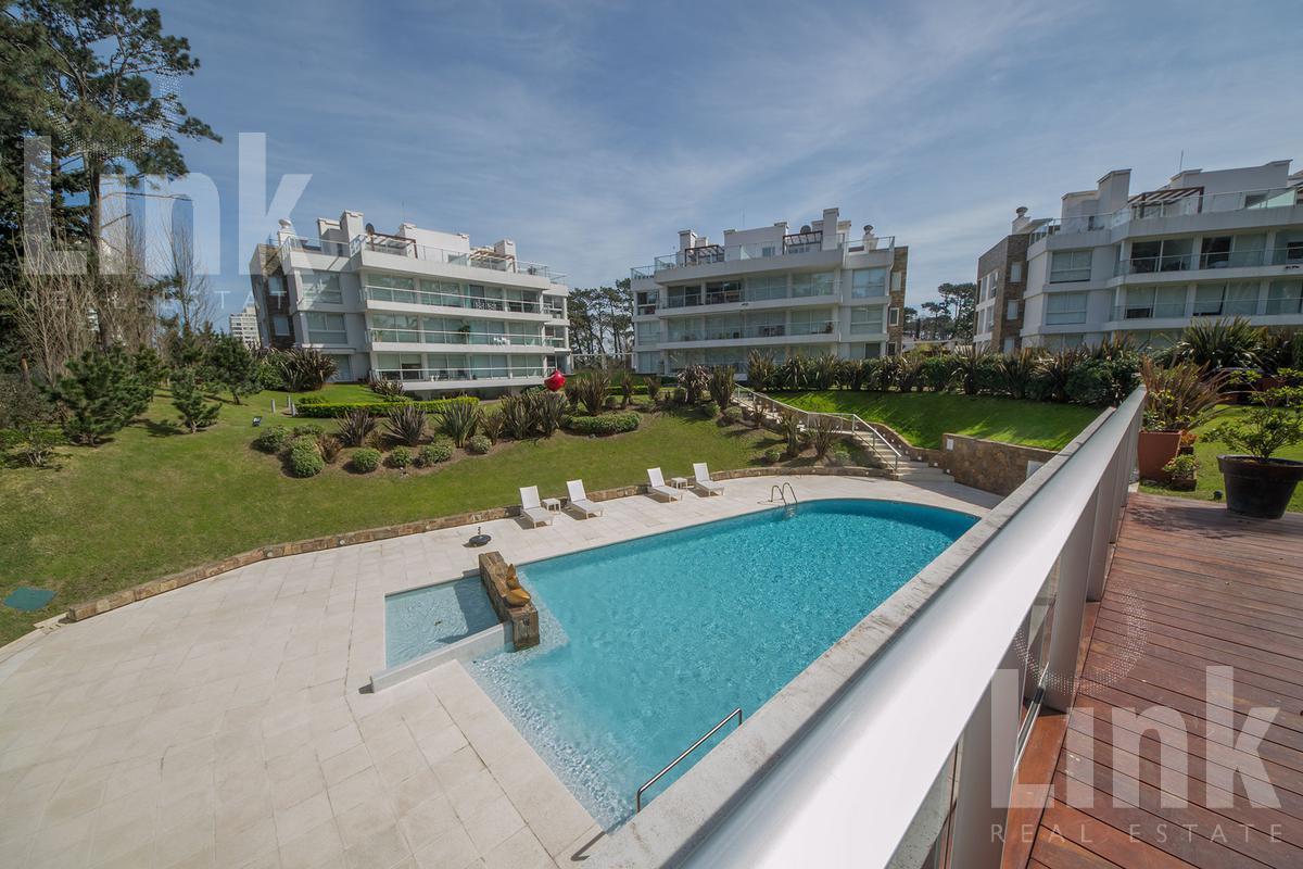 Foto Edificio en Playa Mansa Parada 18 de Playa Mansa, sobre Av. Terradel, 5 de Septiembre y Marquez de Loreto número 3
