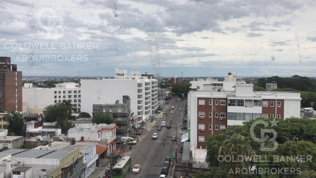 Foto Edificio en Tres Cruces             Avda. Garibaldi  y Montecaseros           número 2