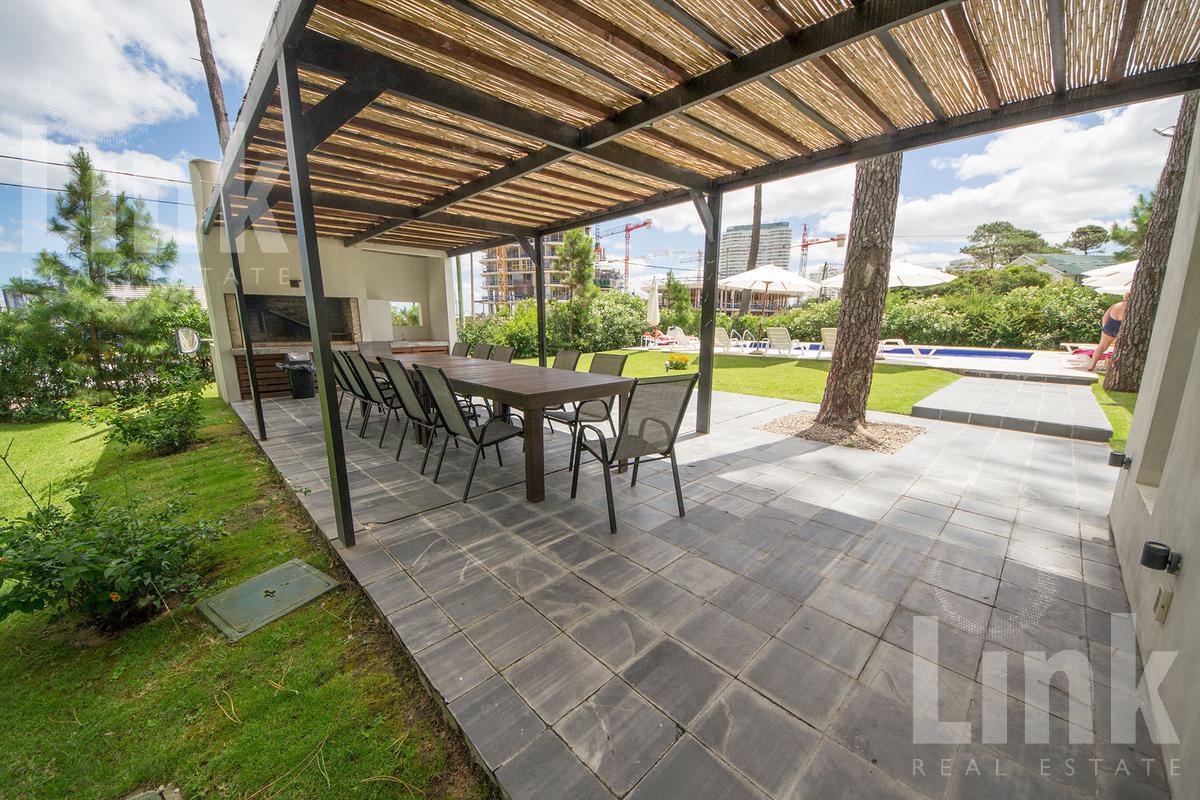 Foto Edificio en Playa Mansa Av Fco. Acuña de Figueroa 2555 número 2