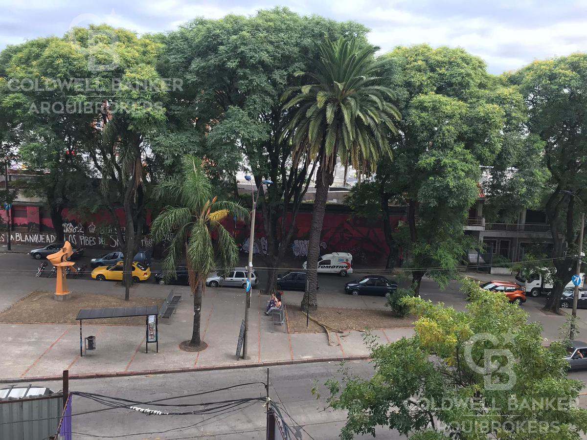Foto Edificio en Tres Cruces             Avda. Garibaldi  y Montecaseros           número 1