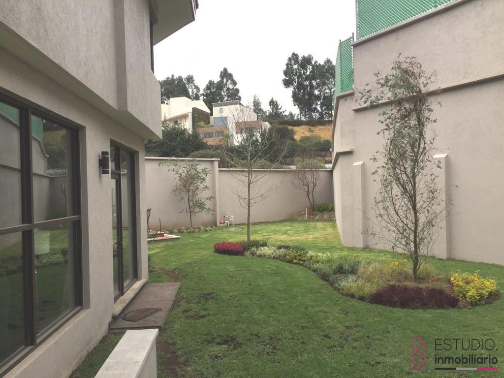 Foto Casa en Renta en  Lomas Country Club,  Huixquilucan  CASA EN RENTA LOMAS COUNTRY CLUB. seguridad, amplio jardín, luminosa.