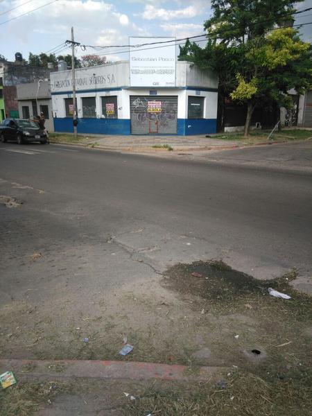 Foto Local en Alquiler en  Moreno,  Moreno  Local sobre avenida - Libertador esq. Santos Vega - Lado Norte