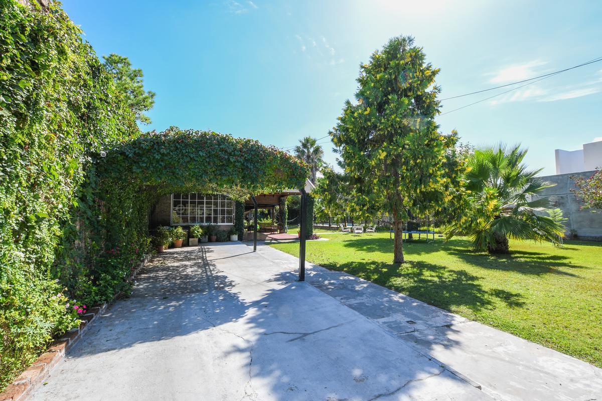 Casa de 2 dormitorios en venta con pileta, galería y parrillero - San Eduardo - Aldea