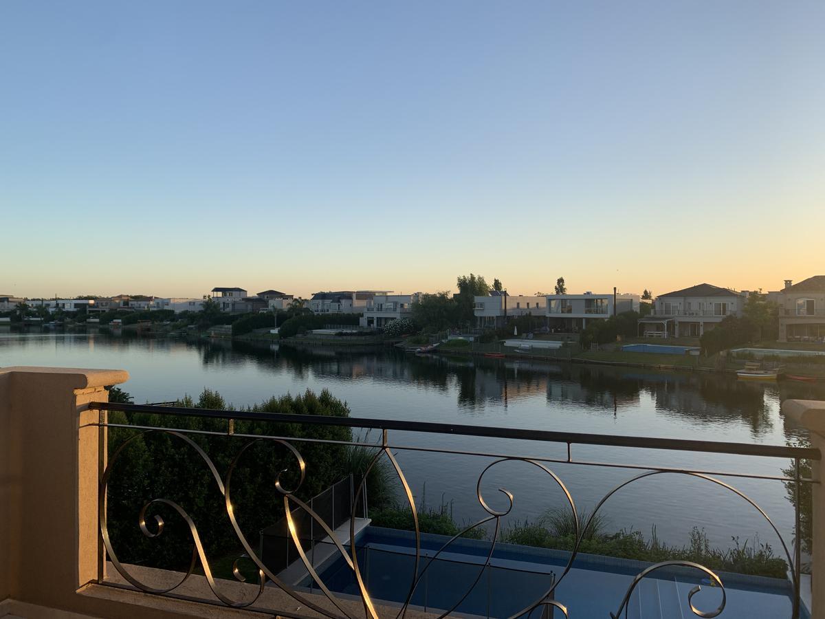 Foto Casa en Alquiler en  Tigre ,  G.B.A. Zona Norte  Alquiler de casa en dos plantas sobre el lago 6 amb. mas hab. de servicio, Nordelta