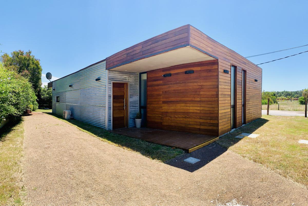Foto Casa en Venta | Alquiler | Alquiler temporario |  en  La Barra ,  Maldonado  A 3 cuadras de la Playa