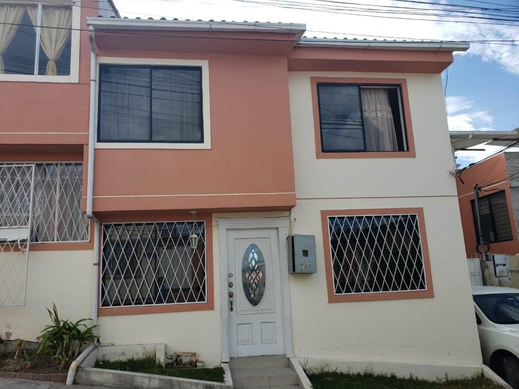 Foto Casa en Venta en  Norte de Quito,  Quito  Amplia casa con local y 2 estacionamientos, sector Urabá