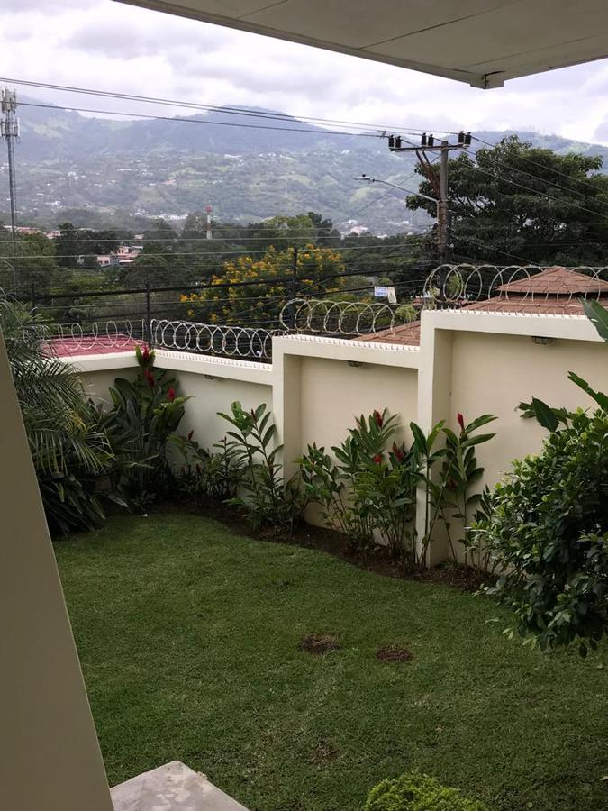 Foto Casa en Venta en  Bello Horizonte,  Escazu  Casa Independiente/ Amplio Jardín/ Pet Friendly