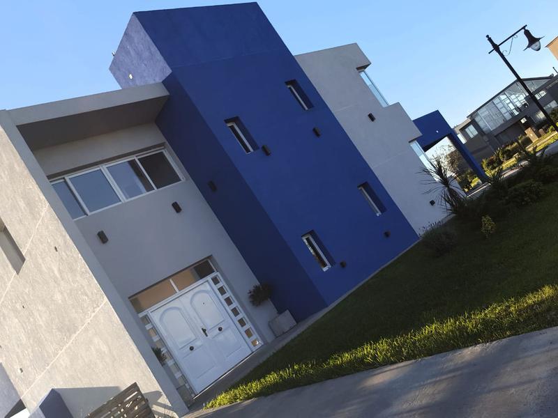 Foto Casa en Venta en  Country Santa Rita,  Countries/B.Cerrado  Casa estilo moderno en Santa Rita