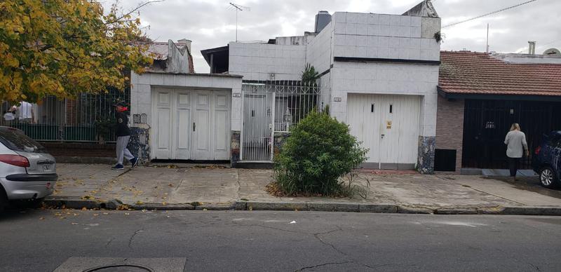 Foto Casa en Venta en  Mataderos ,  Capital Federal  Casa 4 ambientes, Saladillo al 2100, a metros de Alberdi, mataderos, con 2 garages,  sobre lote de 8,66 x 30, patio y quincho y departamento de 2 ambientes en planta alta  a terminar.