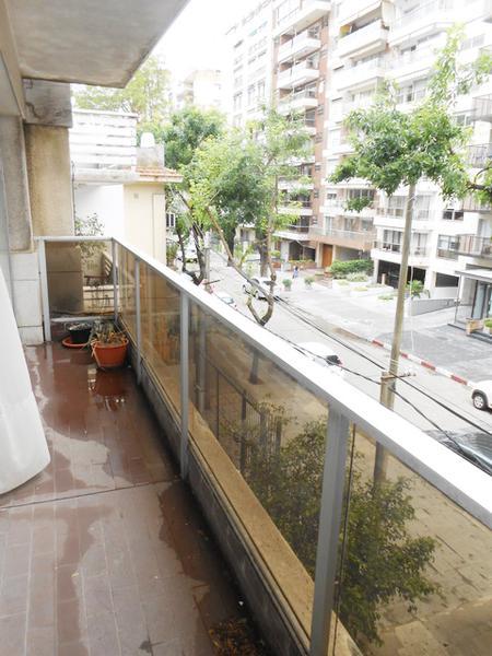 Foto Departamento en Venta en  Pocitos ,  Montevideo  Amplia unidad con servicio completo y garage