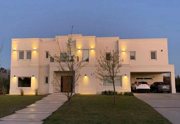 Foto Casa en Venta en  Pilar ,  G.B.A. Zona Norte  Casa de alta calidad en venta en Barrio La Berlina en Pilara con pileta