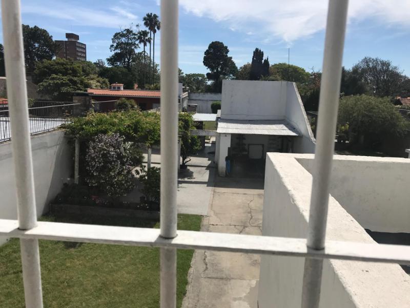 Foto Casa en Venta en  Malvín ,  Montevideo  Casa con gran jardín, Zona club Malvín sur.