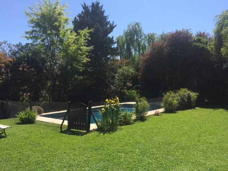Foto Casa en Venta en  La Cascada C.C,  Countries/B.Cerrado (Pilar)    VENTA - CASA CLÁSICA Y SOLIDA CONSTRUCCION EN COUNTRY LA CASCADA