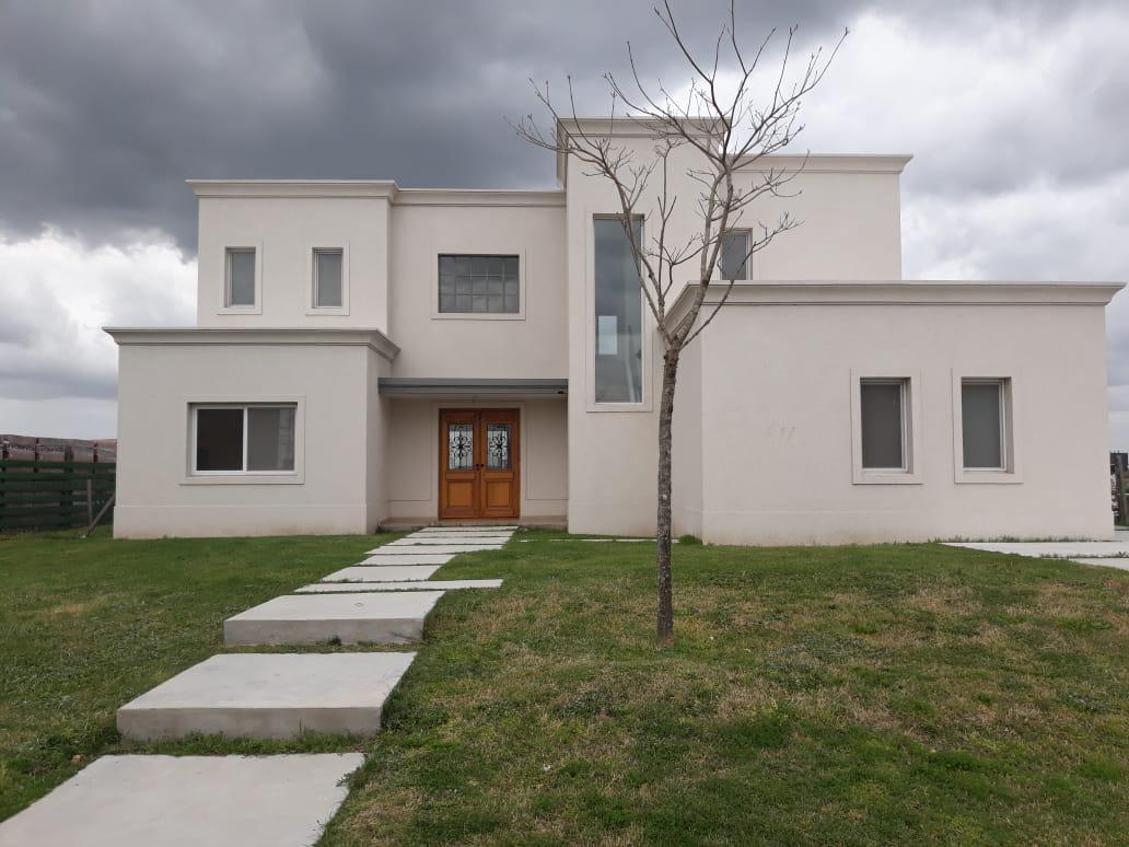 Foto Casa en Venta |  en  Ceibos,  Puertos del Lago  Casa de estilo moderno con vista a la laguna. Ceibos. Puertos del Lago.