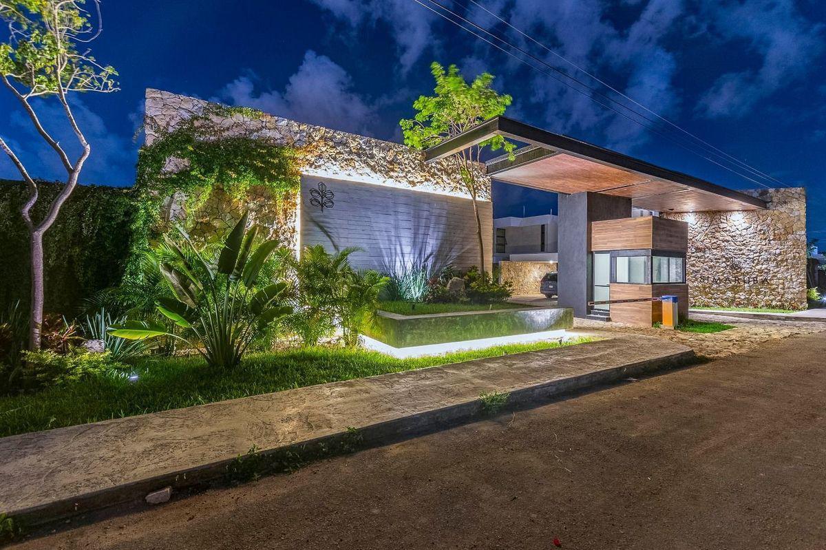 Foto Casa en Venta en  Temozon Norte,  Mérida          Privada Simaruba en Temozón Norte con dormitorio en la planta alta, piscina, y demás amenidades, al norte de Mérida, Yuc., Méx.