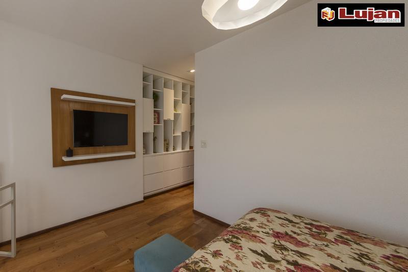 Foto Casa en Venta en  Mataderos ,  Capital Federal  Lisandro De La Torre 1600 Diseño y categoría Casa 4 ambs con fondo, pileta y garaje.