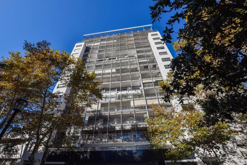 Bv. Oroño 1400 | Departamento de 2 dormitorios ubicado en el Edificio Plus Ultra, sobre Bv. Oroño. Unidad de calidad Premium con cochera y baulera.