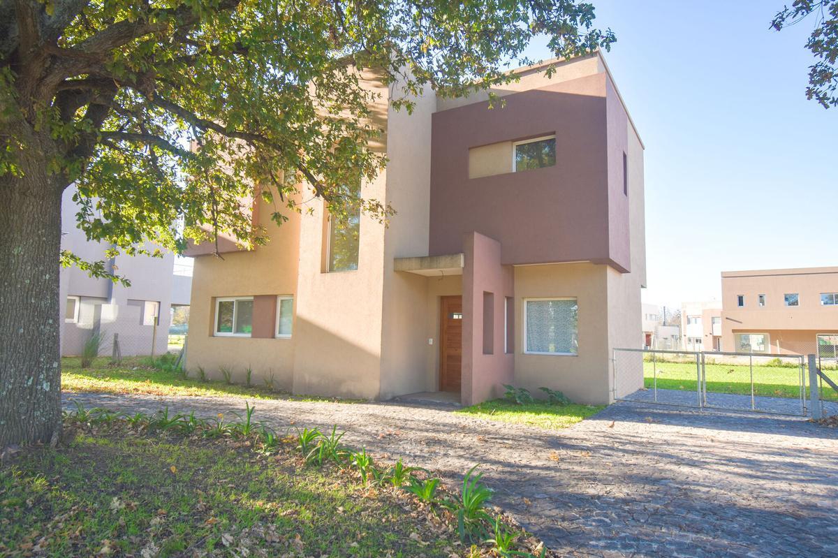 Foto Casa en Venta en  Guillermo E Hudson,  Berazategui  Fincas  de Hudson R 15