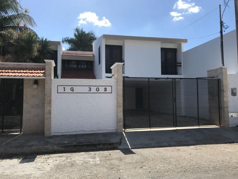 Foto Casa en Venta en  Mérida ,  Yucatán  Casa Con Alberca Y 3 Habitaciones En Fracc. Campestre