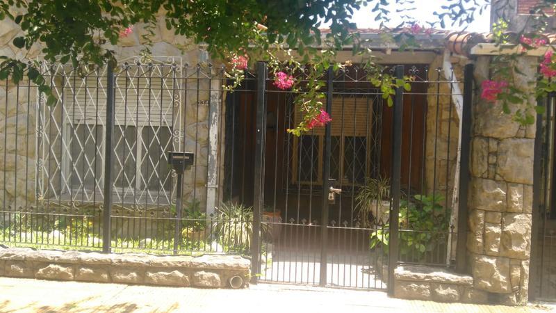 Foto Casa en Venta en  Castelar,  Moron  Pergamino al 400