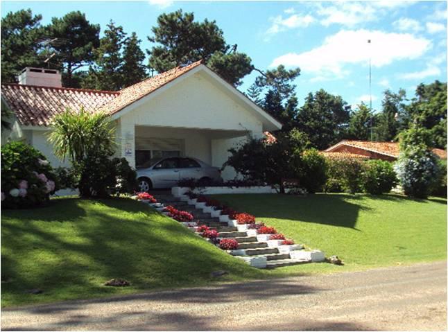 Foto Casa en Venta en  Cantegril,  Punta del Este  Muy bien ubicada ideal para todo el año