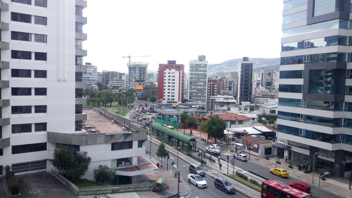 Foto Oficina en Alquiler en  Centro Norte,  Quito  Arriendo amplias oficinas sobre la 6 de diciembre sector TSE