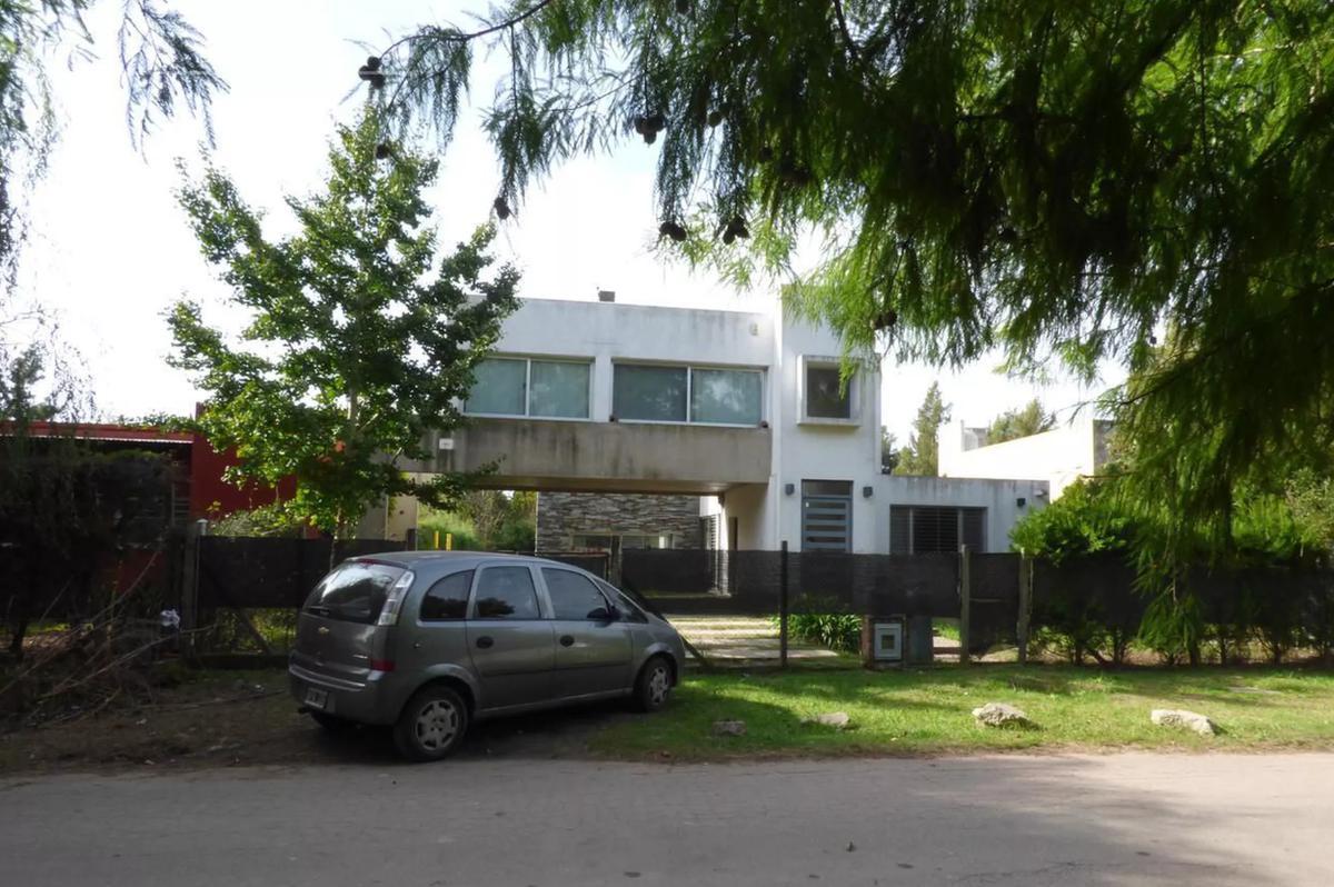 Foto Casa en Venta en  City Bell,  La Plata  472 e/ 136 bis y 137