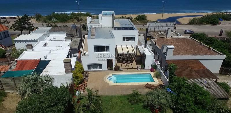 Foto Casa en Venta en  Playa Mansa,  Punta del Este  La Magia  Frente al Mar  en una Casa Cómoda ,  Moderna y  con Espacios Generosos