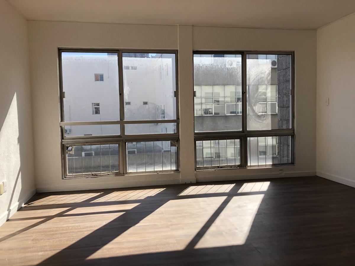 Foto Apartamento en Alquiler en  Ciudad Vieja ,  Montevideo  Calle Bs As - Oficina a metros de Plaza Independencia - 100 m2