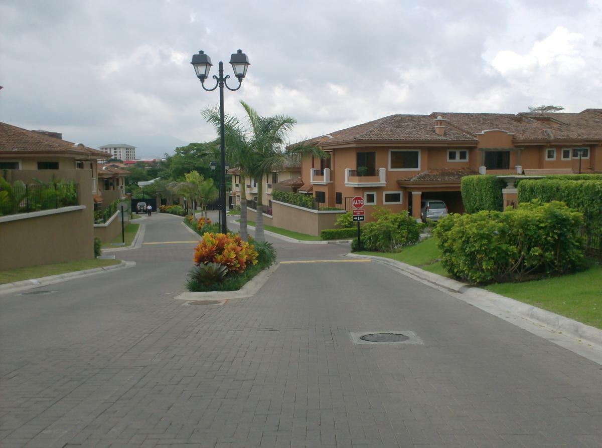 Foto Casa en condominio en Renta en  San Rafael,  Escazu  Escazu/ Excelente ubicación/ Familiar/ Prevista para ático/ Seguridad