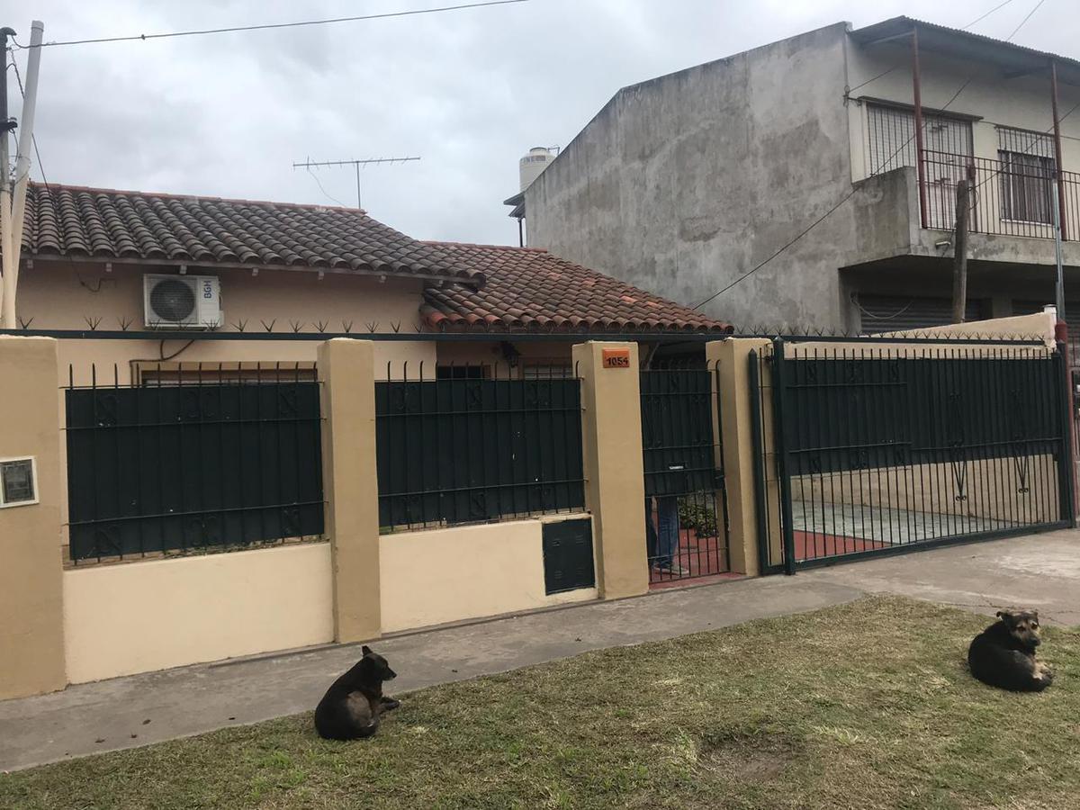 Foto Casa en Venta en  Burzaco,  Almirante Brown  Bradley 1054