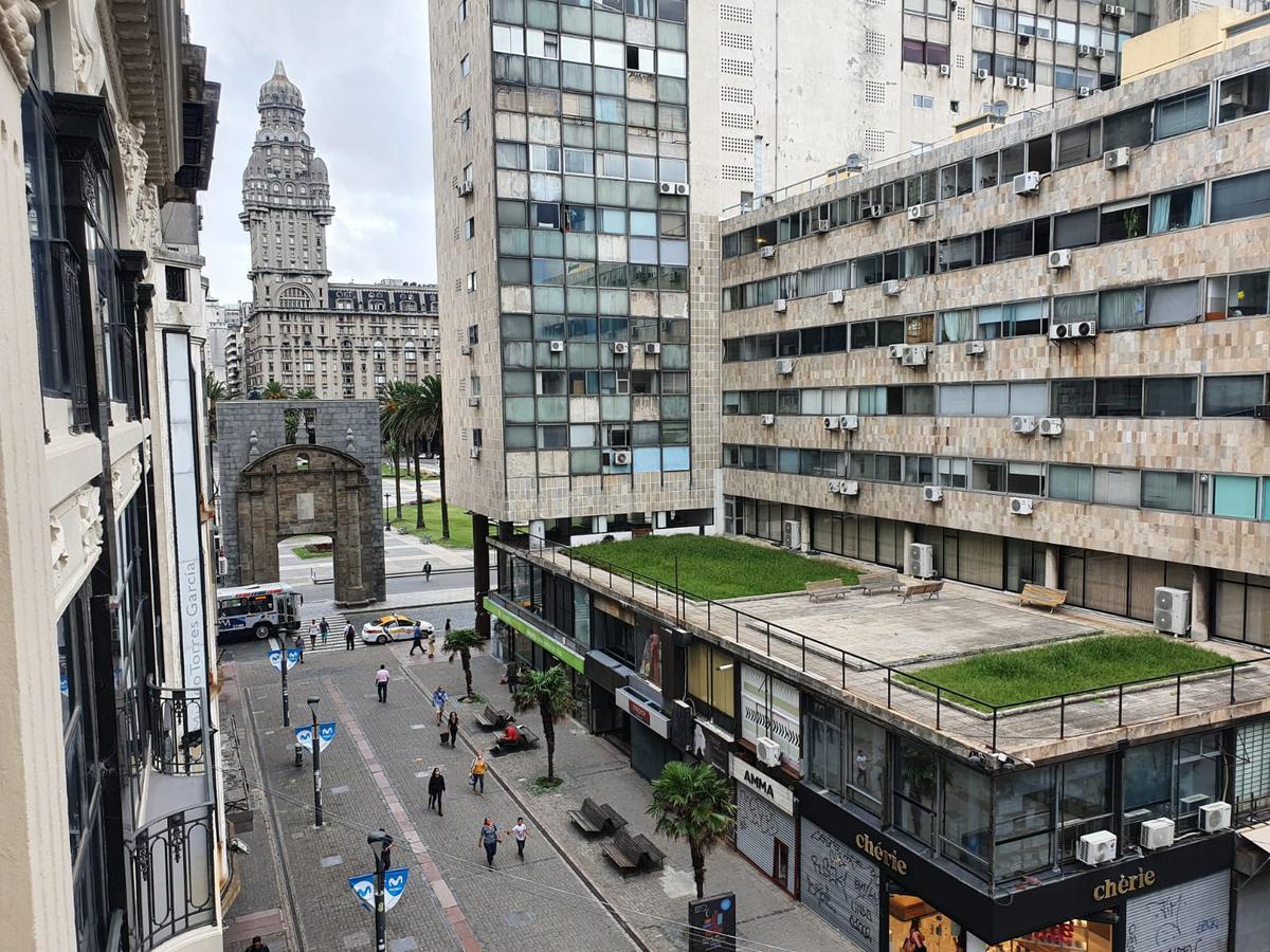 Foto Oficina en Alquiler en  Ciudad Vieja ,  Montevideo   SARANDI ENTRE JUNCAL Y B MITRE, gran oficina de 300m2 totalmente reciclada!!