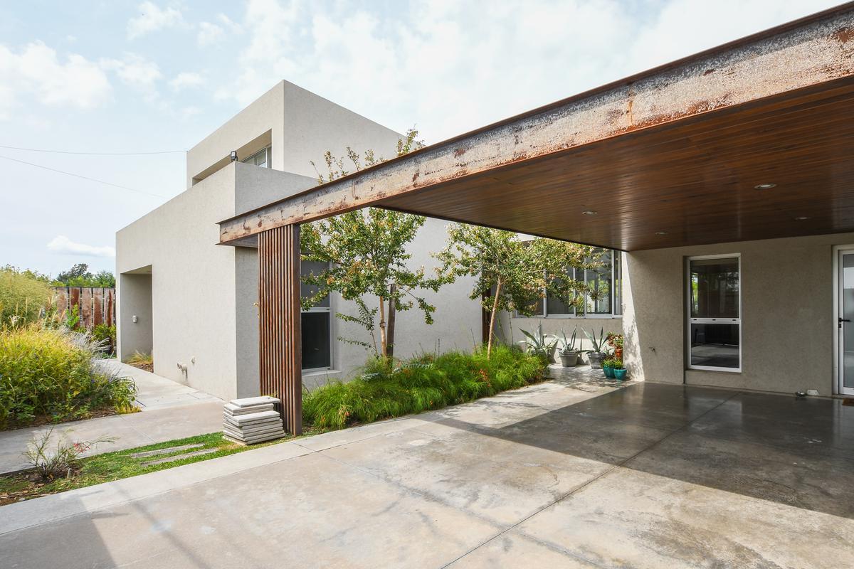 Casa de 4 dormitorios en venta con galería y pileta - Hostal del Sol - Fisherton