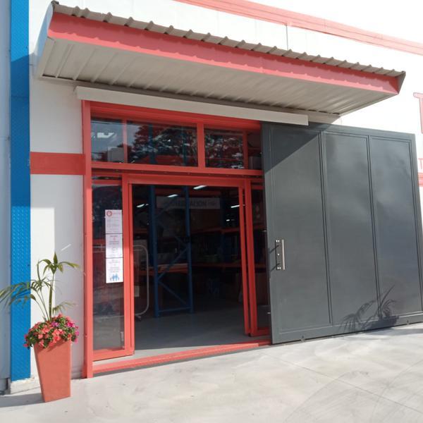 Foto Local en Venta en  Carrasco Norte ,  Montevideo  Deposito o  galpón, y local a metros de Avenidas, CON RENTA