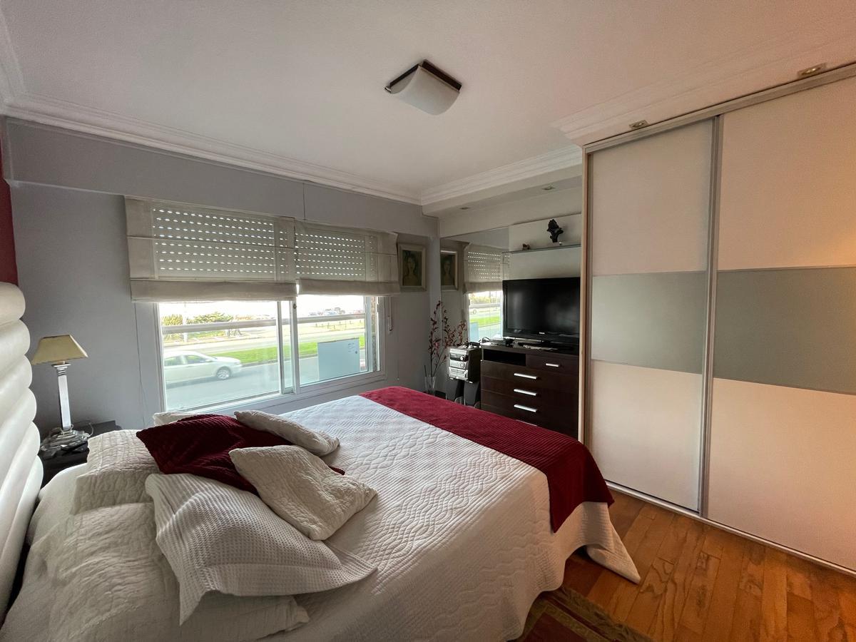 Foto Apartamento en Alquiler en  Punta Carretas ,  Montevideo  rambla, con patio y parrillero