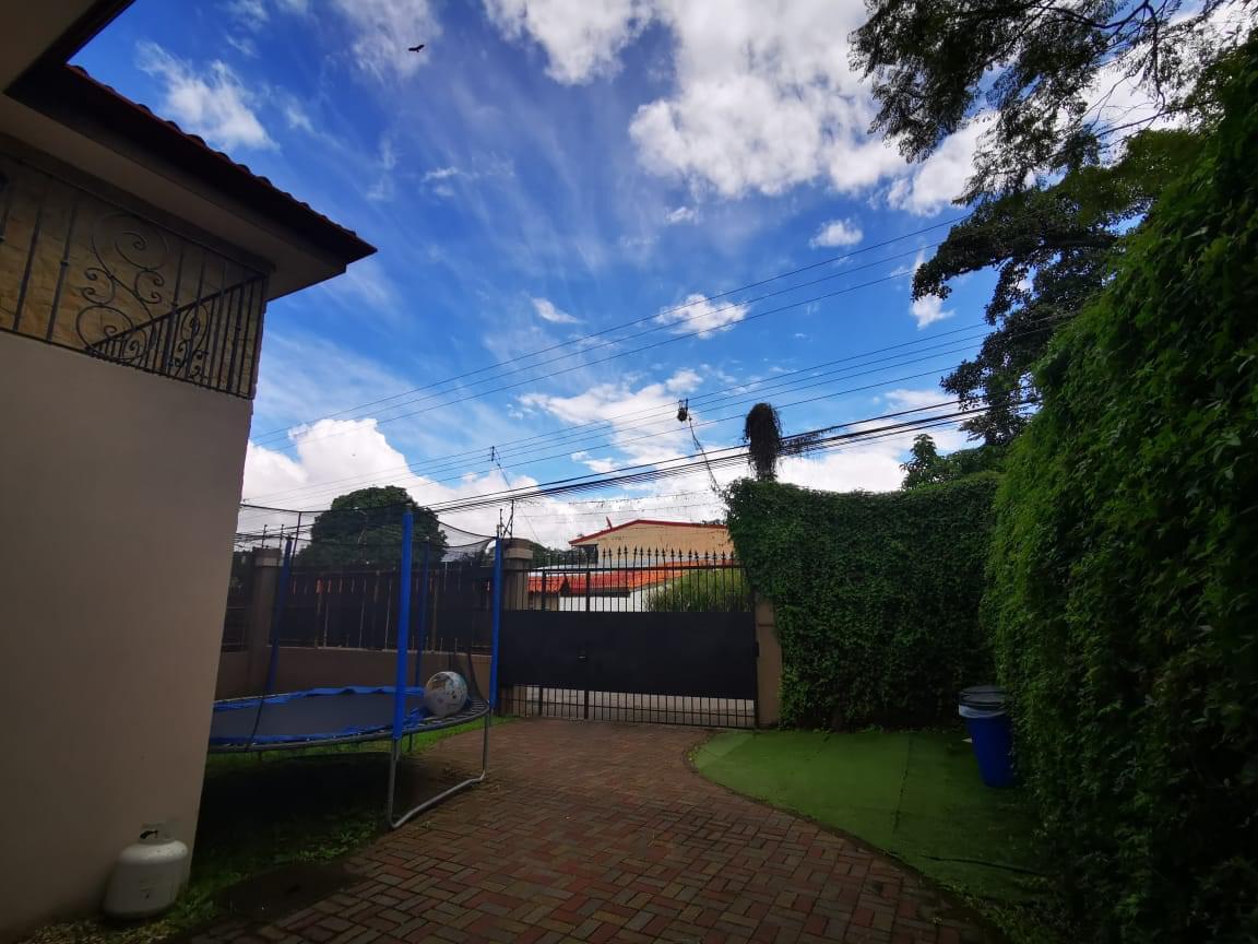 Foto Casa en Venta en  Piedades,  Santa Ana  Piedades / Casa independiente / Jardín