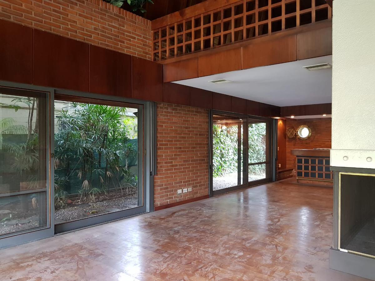 Foto Casa en Venta en  Beccar,  San Isidro  Casa en el bajo de Beccar a metros de la estacion,vias a Libertador. Con pileta y quincho, parque de 800 metros