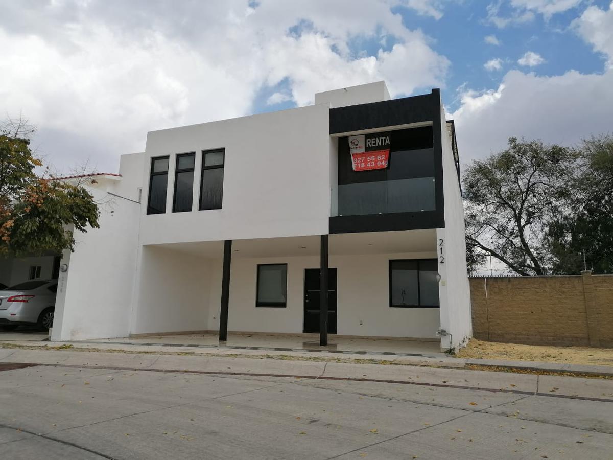 Foto Casa en Renta en  El Mayorazgo,  León  Casa en RENTA en El Mayorazgo, cochera 3 autos, sala de tv, roof garden, jacuzzi, persianas eléctricas y más!!!