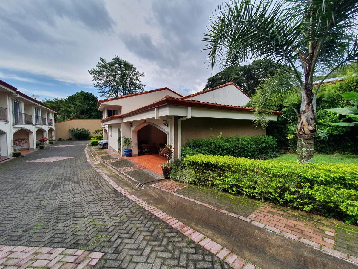 Foto Casa en condominio en Venta en  San Rafael,  Escazu  Escazú/ Habitación en primera planta / Acceso a Reserva Biológica
