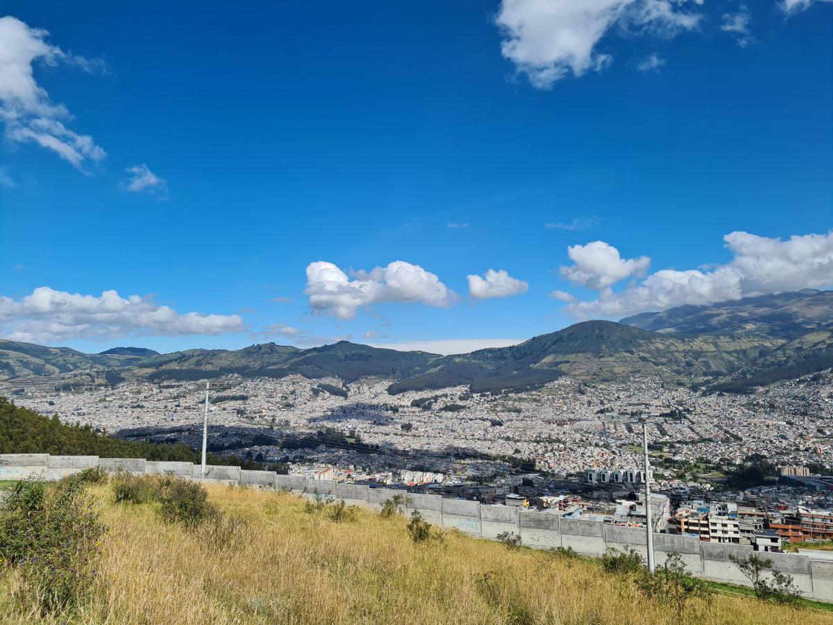 Foto Terreno en Venta en  Sur de Quito,  Quito  Terreno de Venta Sur de Quito Av. Simón Bolívar