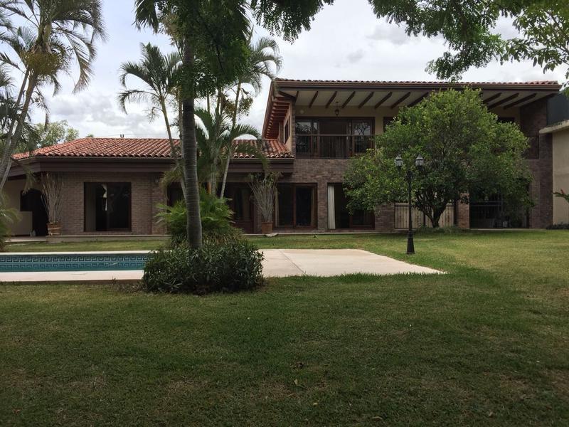 Foto Casa en Venta en  Santana,  Santa Ana  Casa en Santa Ana en residencial privado. Terreno de 1024 m2 y Piscina