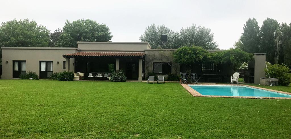 Foto Casa en Venta en  La Escondida,  Countries/B.Cerrado (Pilar)  Casa Estilo campo con piscina y gran parque. Manzanares.