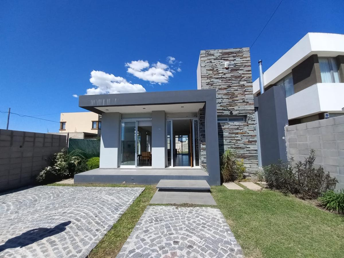 Foto Casa en Venta en  Manuel B Gonnet,  La Plata  499 e/ 3 y 4