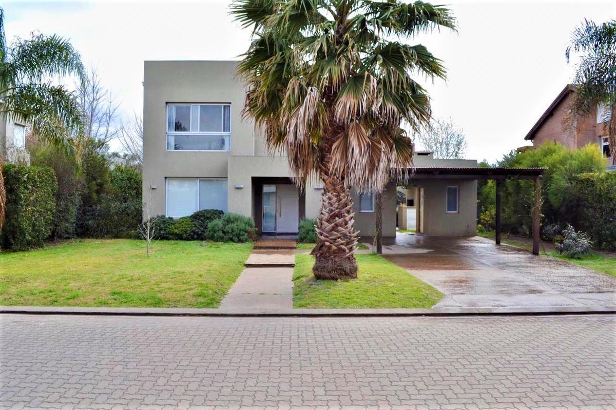 Foto Casa en Venta en  Funes ,  Santa Fe  Av. Fuerza  Aerea 4206 Funes