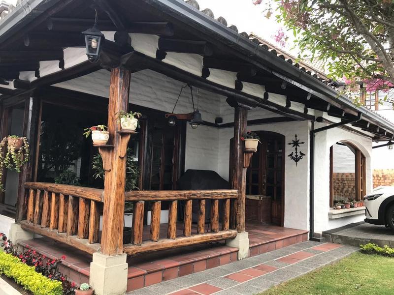 Foto Casa en Venta en  El Condado,  Quito  HERMOSA CASA URB EL CONDADO, 4 DORMITORIOS, JARDÍN