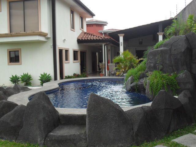 Foto Casa en Venta en  Piedades,  Santa Ana  Casa independiente en Santa Ana con piscina
