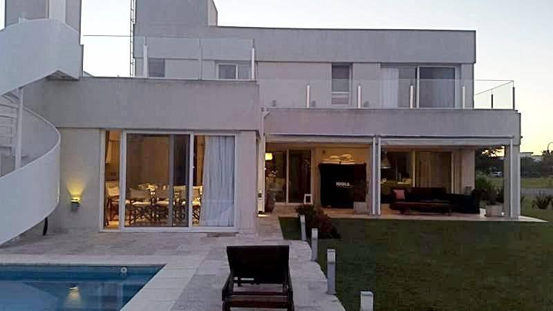 Foto Casa en Venta en  Tigre ,  G.B.A. Zona Norte  Casa 6 dormitorios al lago con piscina. Los Lagos Nordelta