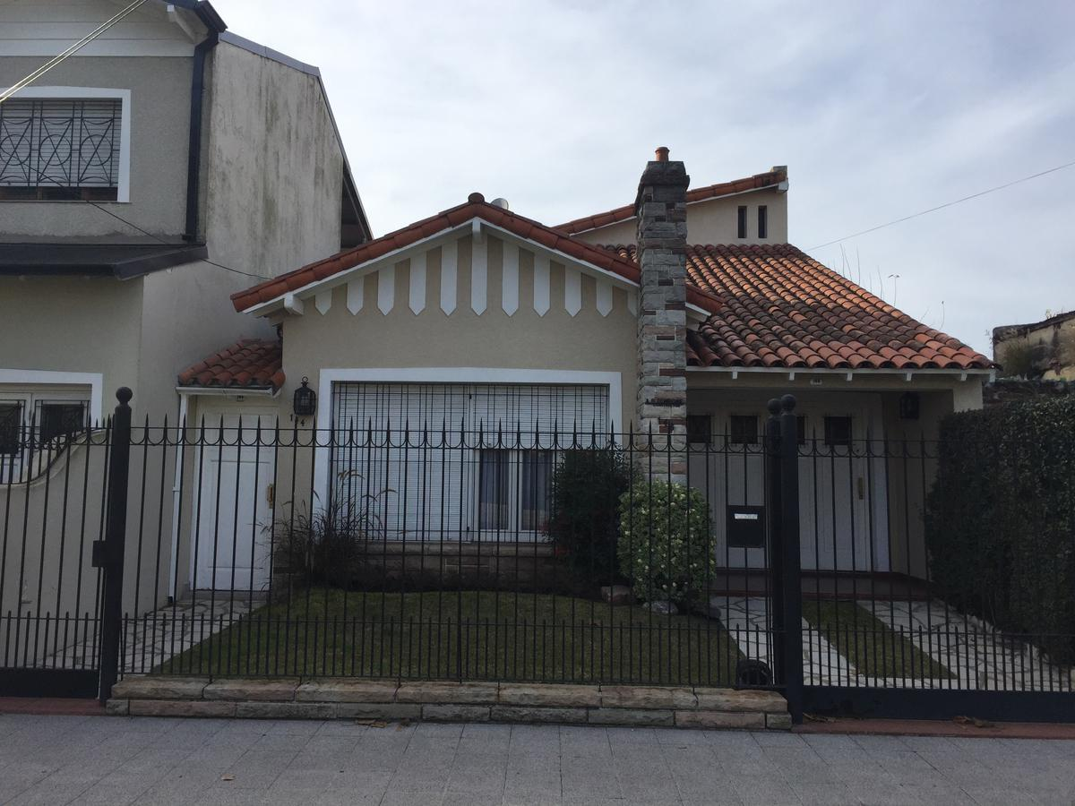 Foto Casa en Venta en  Lomas de Zamora Oeste,  Lomas De Zamora  GERVASIO ANTONIO POSADAS al 100